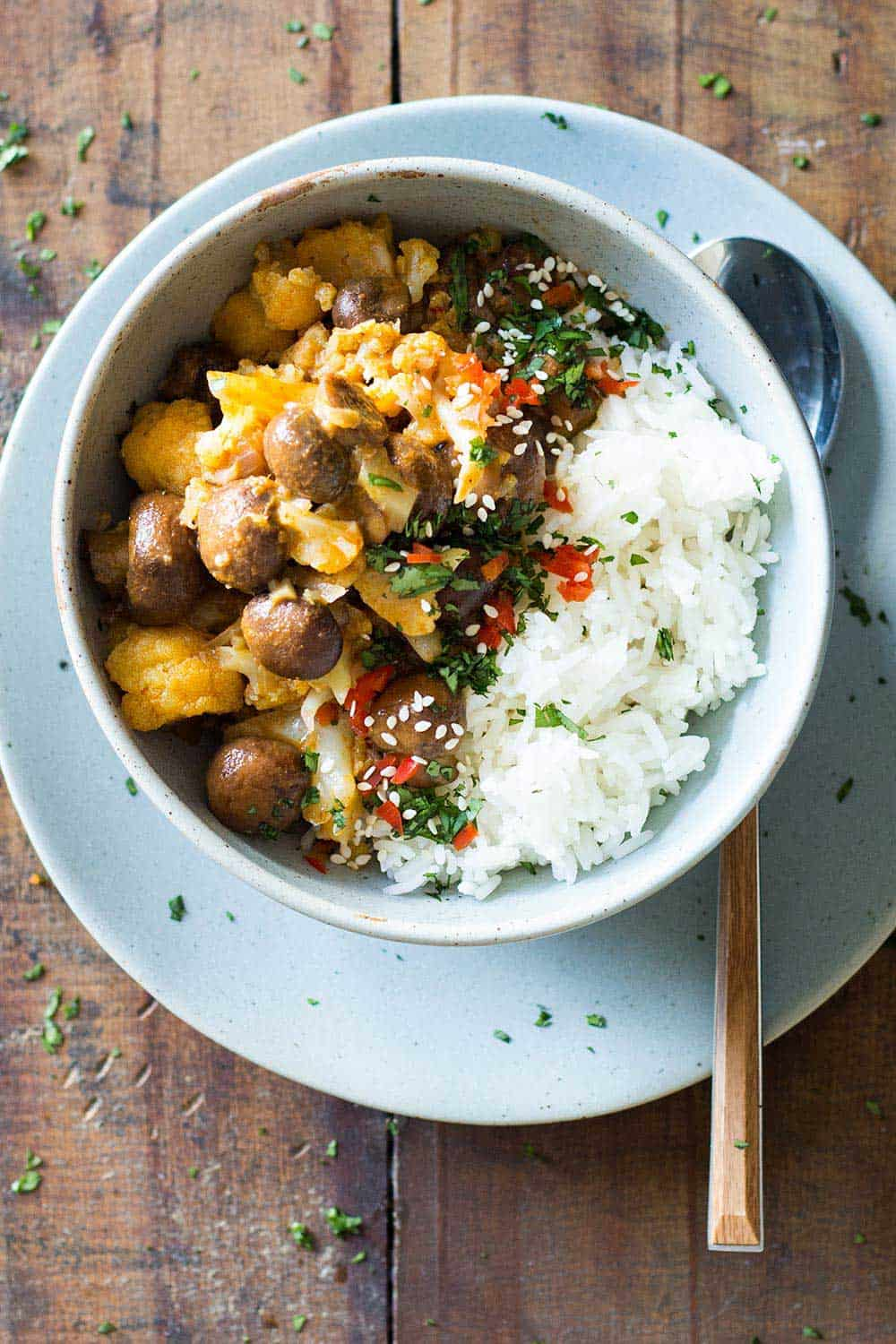 Vegan yellow curry + 15 Farmers market recipes to make in March! Delicious, vegetarian, late winter/ early spring, (mostly) healthy recipes made with fresh, seasonal produce from your local farmers market or CSA bin. Eat local!