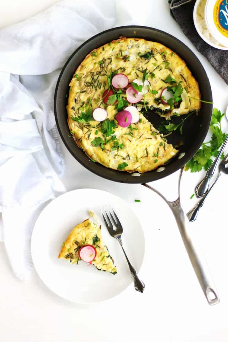 Healthy spinach artichoke cottage cheese frittata recipe! The cottage cheese makes this frittata creamy and cheesy without the guilt. Low carb, protein packed, and veggie loaded. // Rhubarbarians