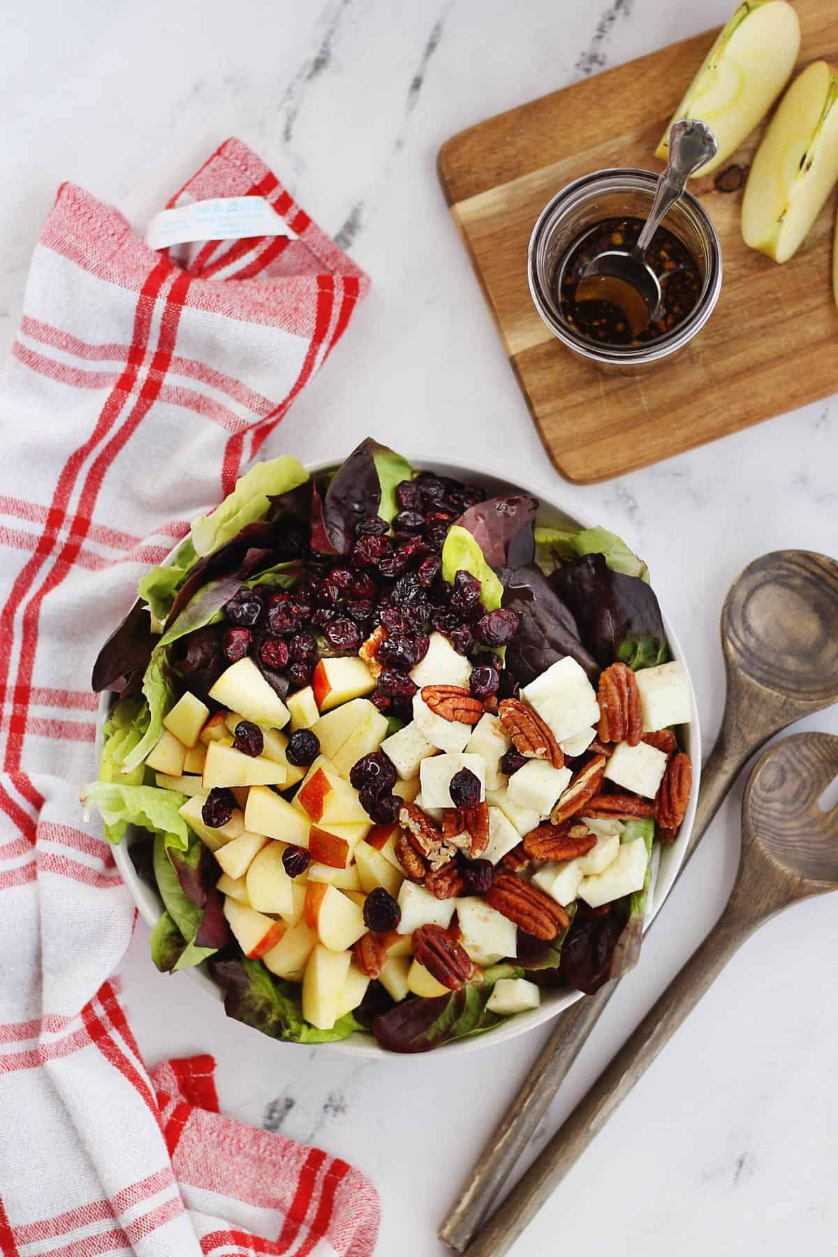 Halloumi salad with apples and cranberries