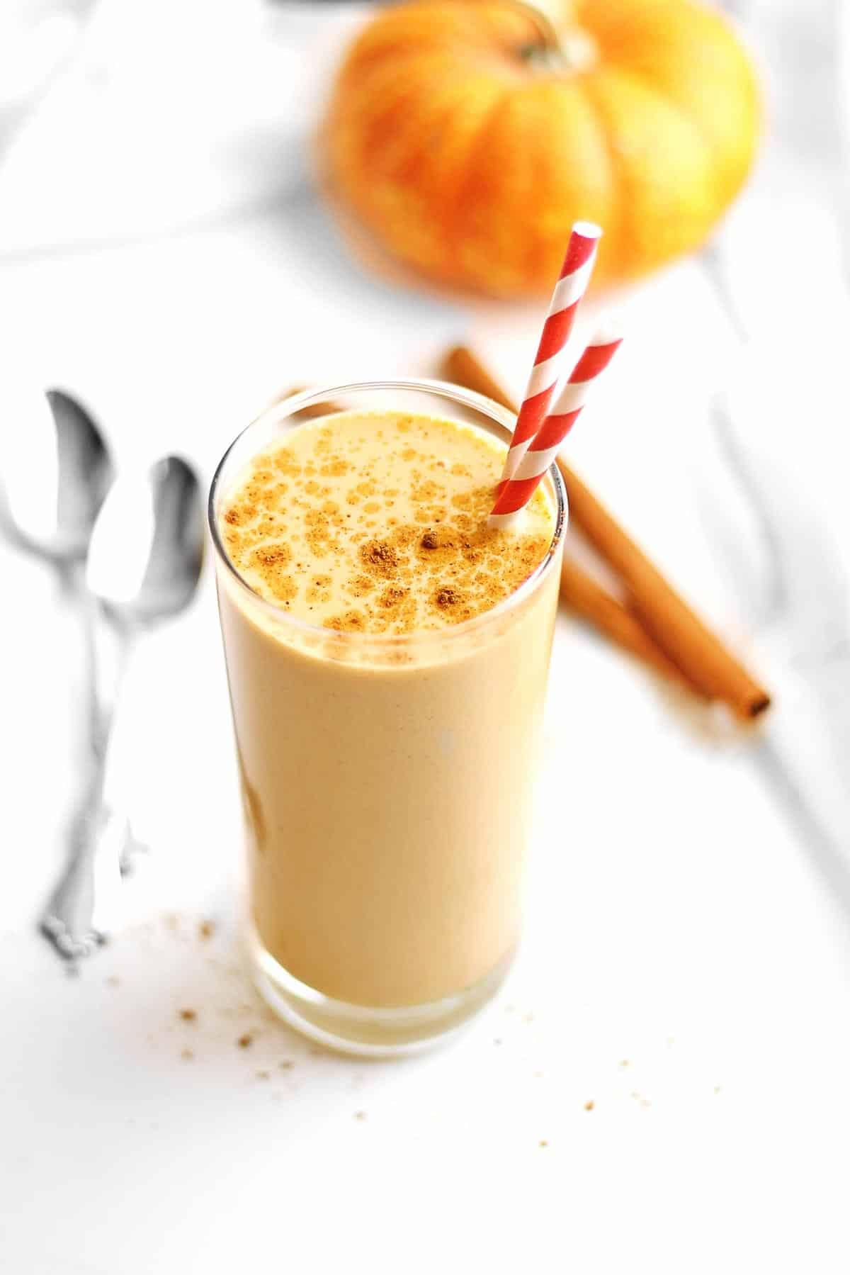 Pumpkin pie smoothie with 2 straws