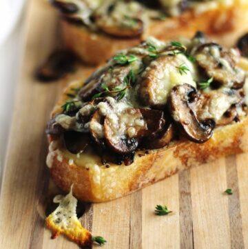 Cheesy mushrooms on toast
